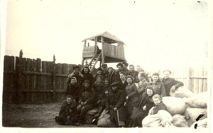 Iš traukinio išlaipinti tremtiniai Buretės paskirstymo punkte. Irkutsko sr., 1949 m. balandis.