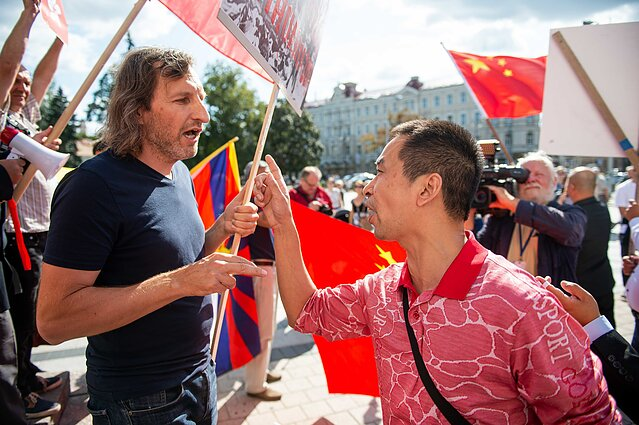 Hong Kong solidarity rally in Vilnius met with Chinese counter-protesters