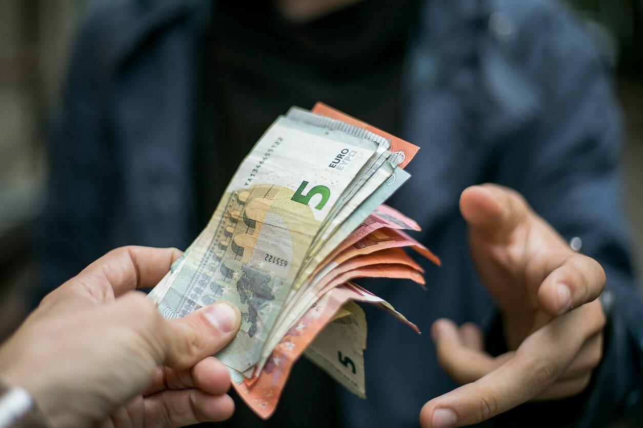 valiutos prekybos atlyginimas internetinės prekybos strategija