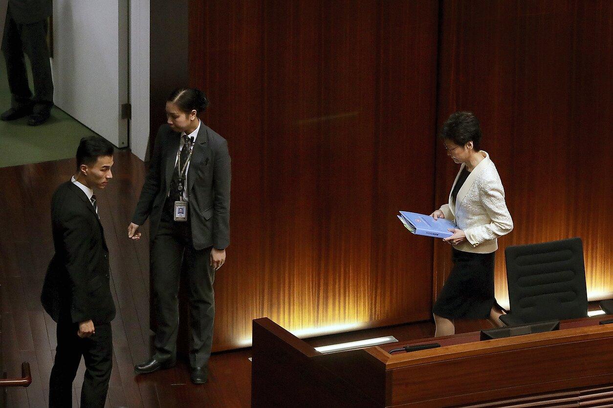 Honkongo įstatymų leidėjai pertraukė Carrie Lam kalbą parlamente
