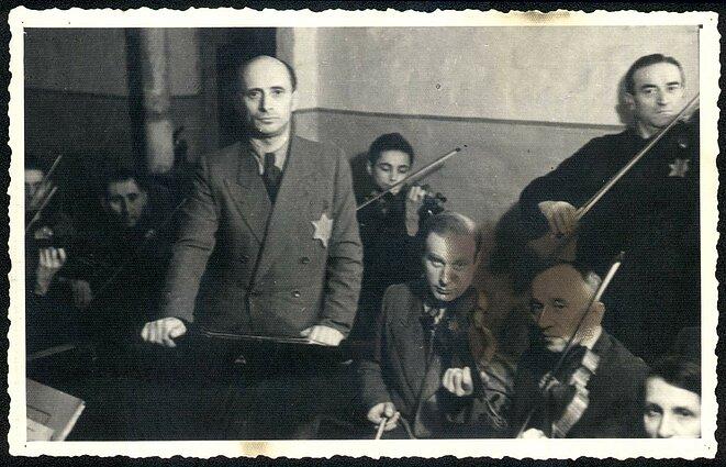 Kauno geto orkestro nariai. Už Michelio Hofmeklerio, Boriso Stupelio (jis po karo emigravo į Australiją) ir Šmajos Stupelio (jis žuvo Dachau) – trylikametis smuikininkas Yankale.