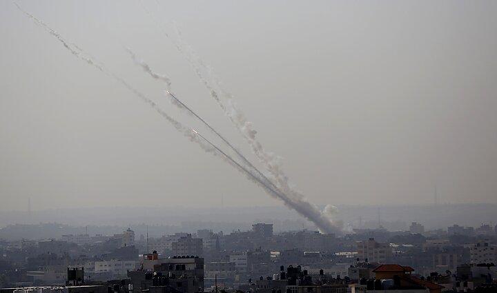 Dūmai virš Gazos po raketų paleidimo į Izraelio teritoriją