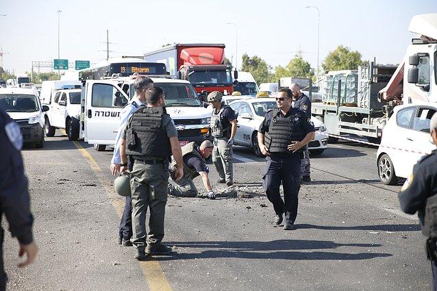 Iš Gazos paleistos raketos padaryta duobė Izraelyje