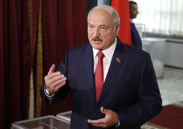 Baltarusijos prezidentas Aliaksandras Lukašenka balsuoja rinkimuose