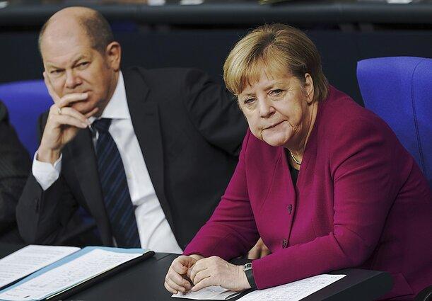 Olafas Scholzas ir Angela Merkel