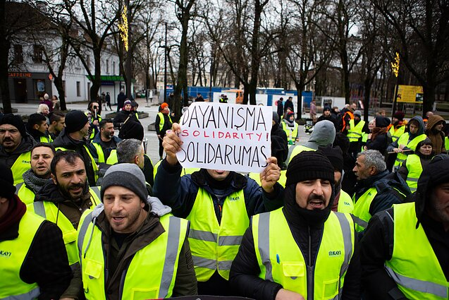 Dozens of Kayi Construction workers from Turkey and Lithuanian trade union representatives staged a protest in Kaunas on Saturday to demand fair pay.