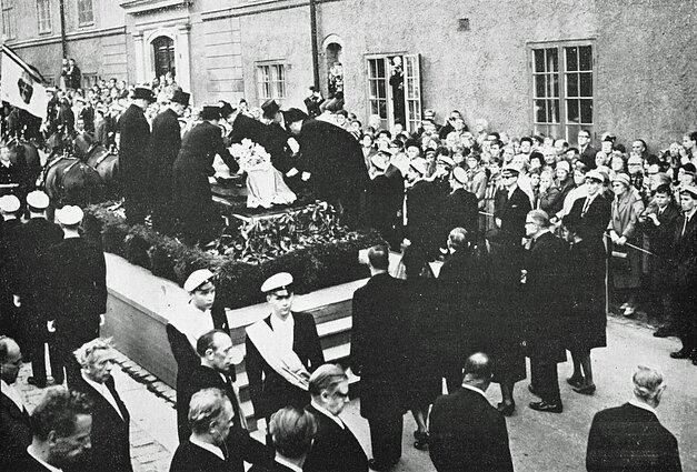 Похороны Дага Хаммаршёльда. Гроб с его телом помещают на катафалк. 29 сентября 1961 года