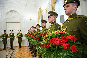 Lithuanian President Gitanas Nausėda handed out flowers to the relatives of the 1918 act signatories