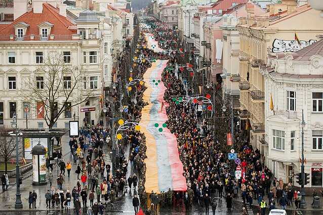 March along Gedimino Avenue included a 400-metre flag of Lithuania