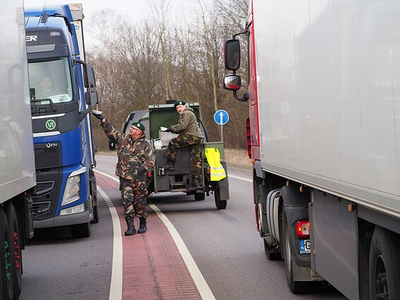 Gynybos paramos fondo savanoriai Kalvarijų pasienio poste vairuotojus vaišina koše