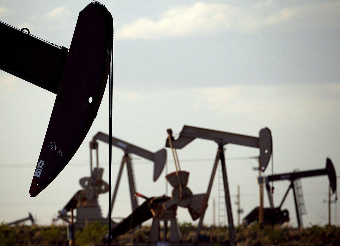 OPEC+ sutarė gavybą sumažinti 10 mln. bpd