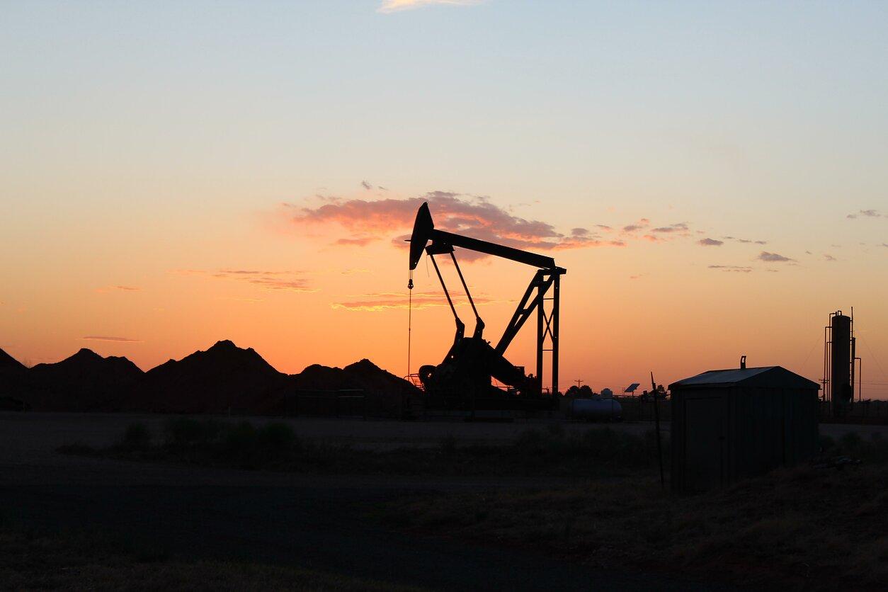 Naftos kainos krinta rinkai reaguojant į signalus apie silpną paklausą - LRT