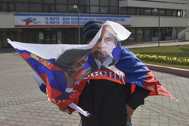 Sevastopolio gyventojas su vėliava per V. Putino vizitą Kryme