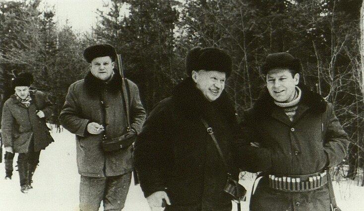 LKP CK pirmasis sekretorius A. Sniečkus su SSRS kosmonautu G. Titovu medžiokleje Kaišiadorių rajone 1972 m.
