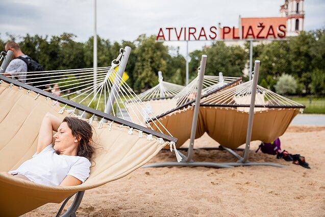 Šalia Lukiškių aikštės paplūdimio esantys angliški užrašai jau išversti į lietuvių kalbą