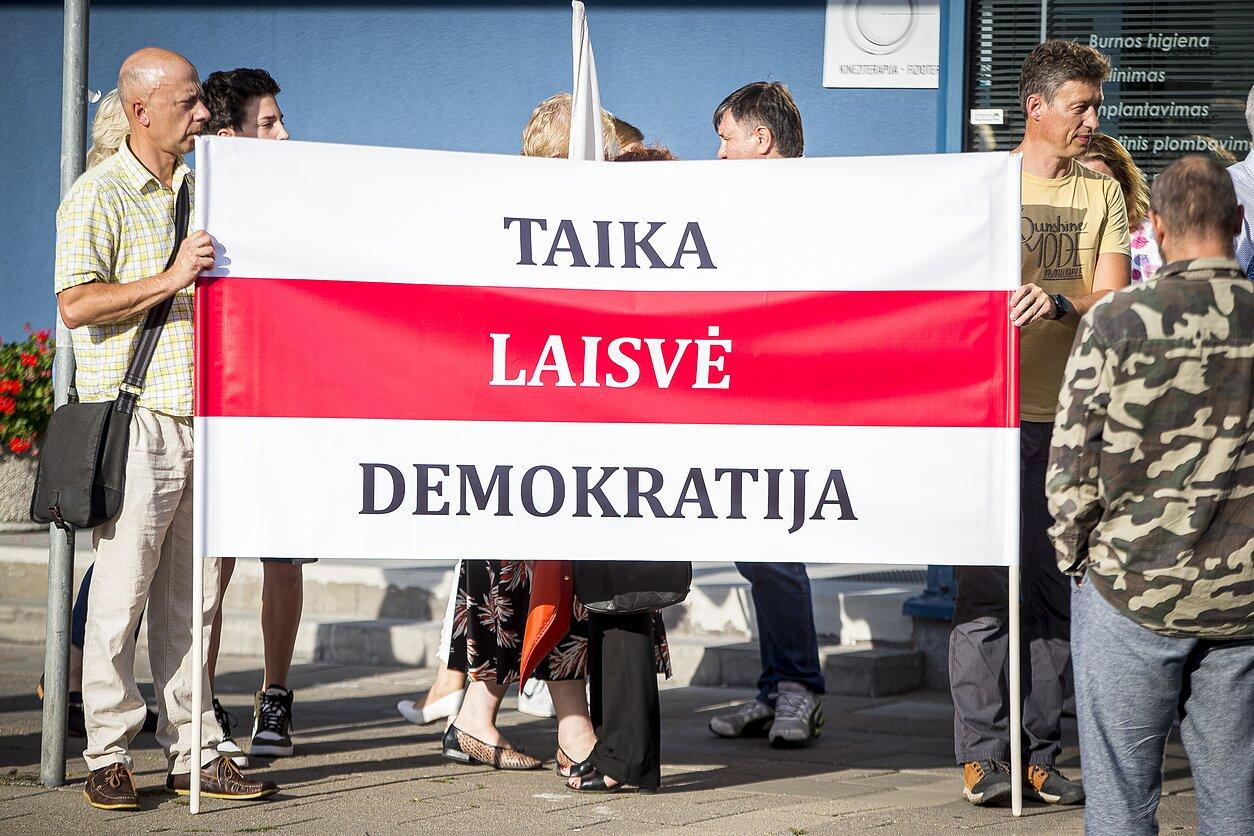 Prie Baltarusijos ambasados Vilniuje palaikymo akciją baltarusiams išreiškė Lenkų diskusijų klubas