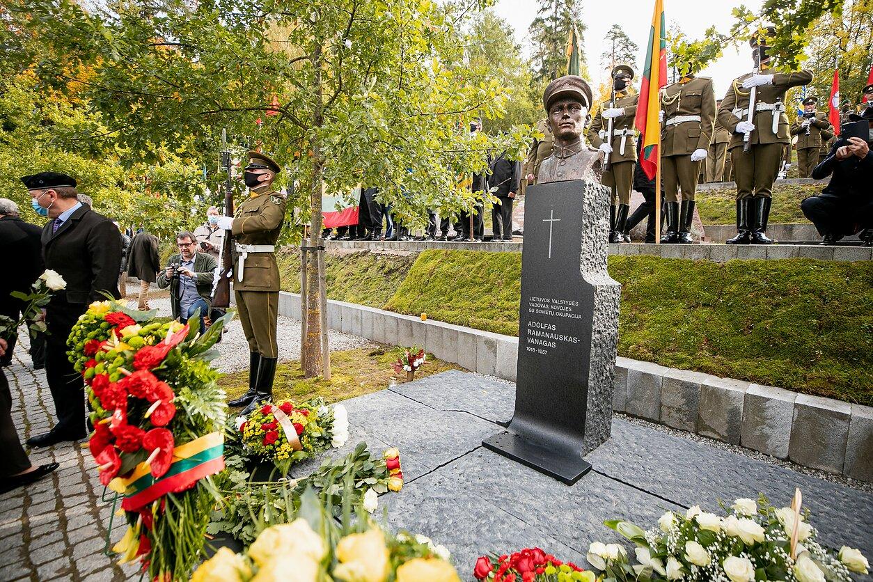 Partizanų vadas Adolfas Ramanauskas-Vanagas pagerbtas paminklu Antakalnio kapinėse