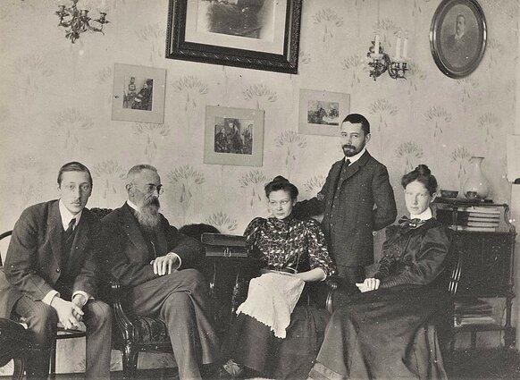 Н. Римский-Корсаков со своими учениками И. Стравинским (слева) и М. Штейнбергом