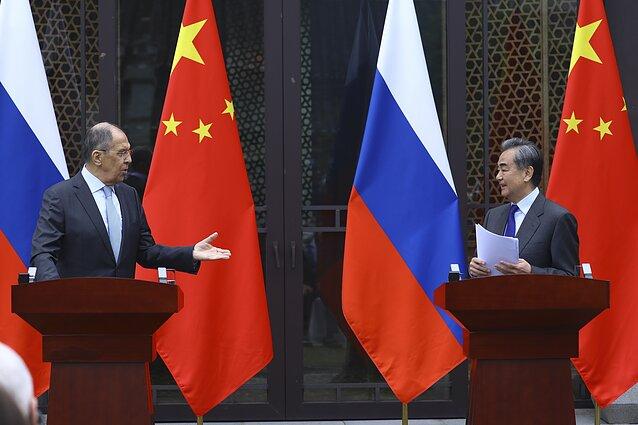 Kinijos ir Rusijos užsienio reikalų ministrai Wang Yi ir Sergejus Lavrovas