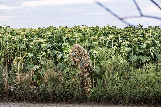"""Artūras Morozovas, """"Ukrainos karys Andrejus dėvi maskuojamąjį kostiumą """"kikimorą"""" prieš leisdamasis į žvalgybos misiją netoli Gorlivkos gyvenvietės Rytų Ukrainoje"""", 2015 m. rugpjūtis."""