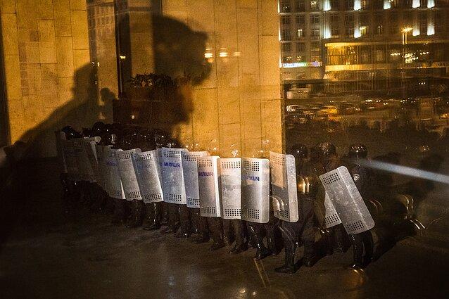 """Artūras Morozovas, """"Specialiojo policijos būrio pareigūnai užsibarikadavę gina """"Ukrainos namų"""" muziejų nuo Maidano protestuotojų Kijevo centre"""". 2014 m. sausis"""