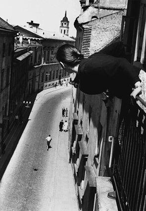 """Antanas Sutkus, """"Maratonas universiteto gatvėje"""" (1959)"""