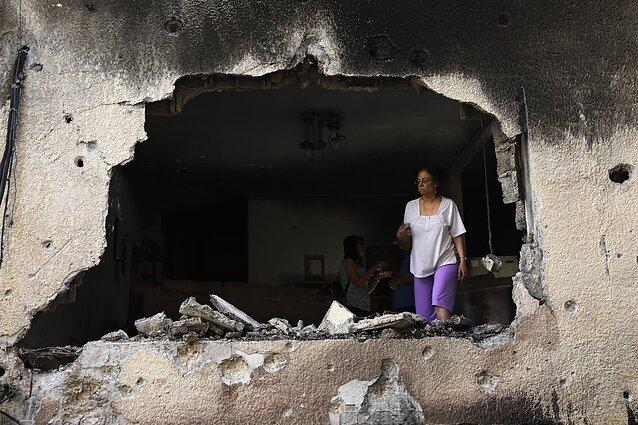 Palestiniečiai Gazos ruože apžiūri savo namus, kuriuos sugriovė Izraelio aviacijos smūgiai