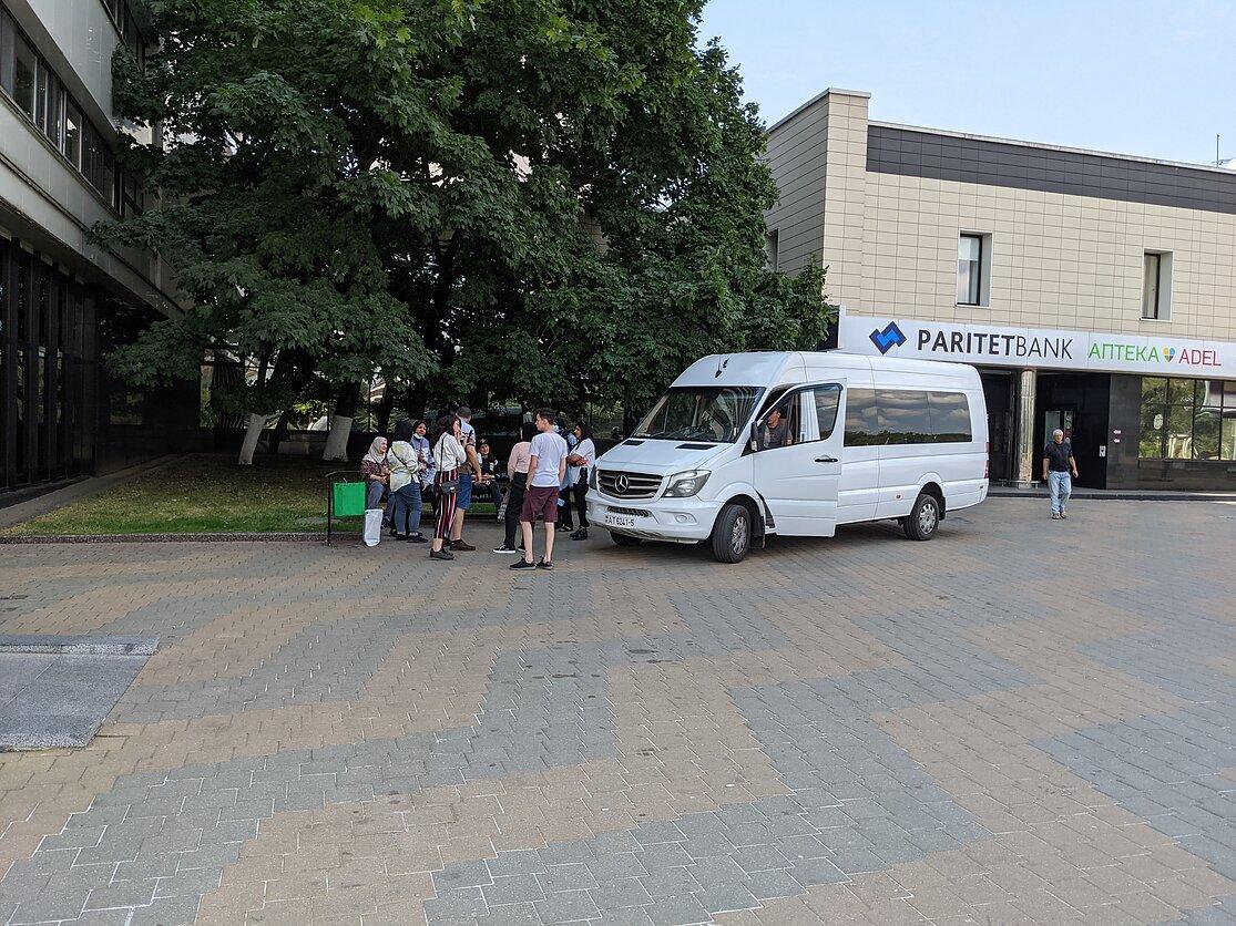Микроавтобус Mercedes Benz ждет туристов